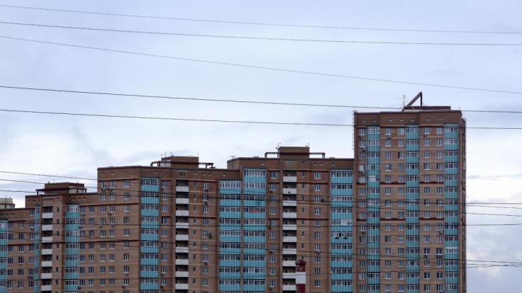 Aus dem 9. Stock eines Blocks wie diesem stürzte ein Pärchen beim Sex. Sie starb doch er kehrte sofort auf die Party zurück. (Symbolbild) (Foto)
