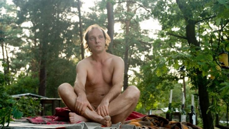Anführer des Nudistencamps Helmut Steiner (Martin Brambach) ist Barfuß bis zum Hals. (Foto)