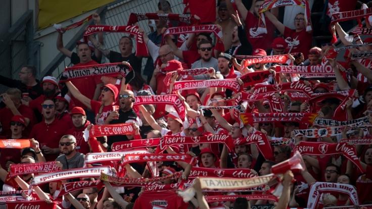 Die Fans des 1. FC Union Berlin unterstützen ihren Verein. (Symbolbild) (Foto)