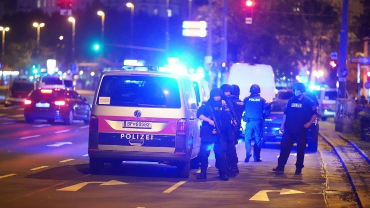 Einsatzkräfte der Polizei stehen am Schwedenplatz. Nach den Schüssen in der Wiener Innenstadt ist die Lage weiter unklar. (Foto)
