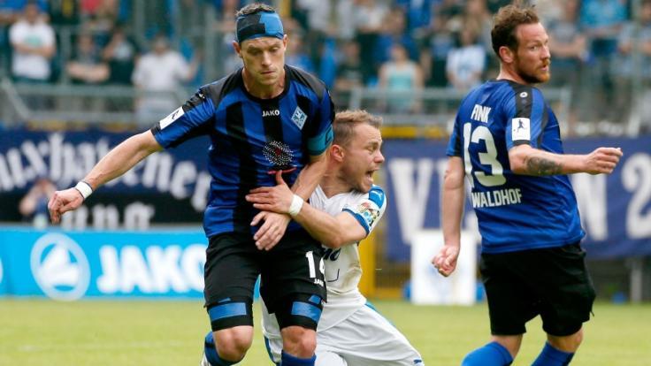 Hanno Balitsch vom SV Waldhof Mannheim kämpft mit Nico Grantowski von den Sportfreunden Lotte um den Ball.