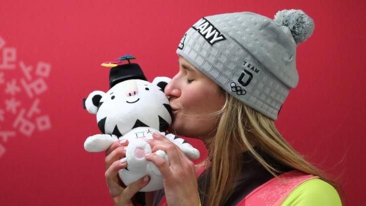Natalie Geisenberger jubelt über ihre Goldmedaille bei den Olympischen Winterspielen 2018. (Foto)