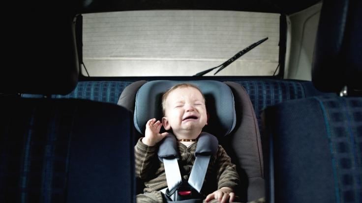 Ein Mann hat sein Baby bei 32 Grad vier Stunden lang im Auto liegen lassen und es anschließend in den Kühlschrank gelegt. (Symbolbild) (Foto)