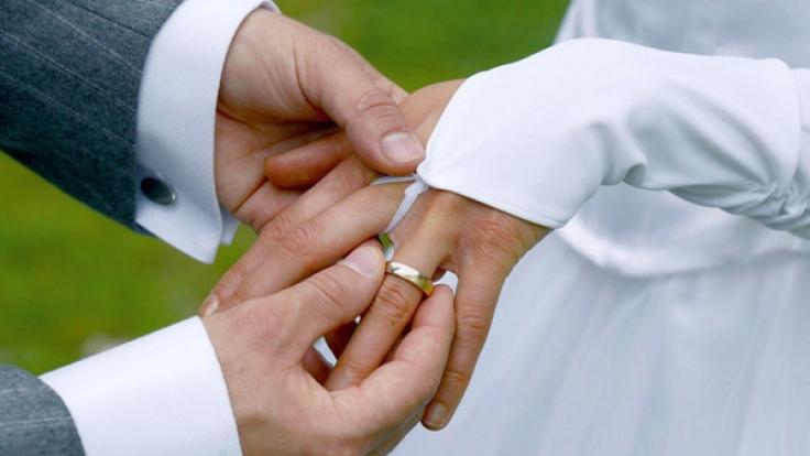 Den Hochzeitstag feiern Ehepaare jedes Jahr aufs Neue.