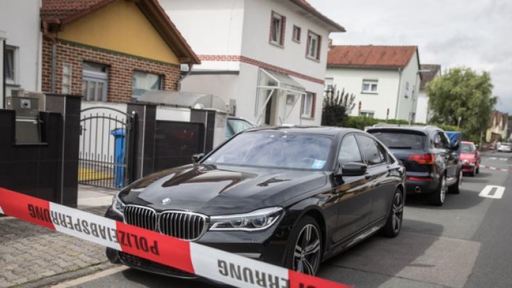 Die Polizei fahndet nach einem Mörder, der einen Familienvater auf offener Straße erschoss.
