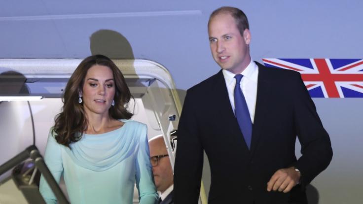 In einem türkisfarbenen Traum stahl Kate Middleton ihrem Mann Prinz William in Pakistan kurzerhand die Show.