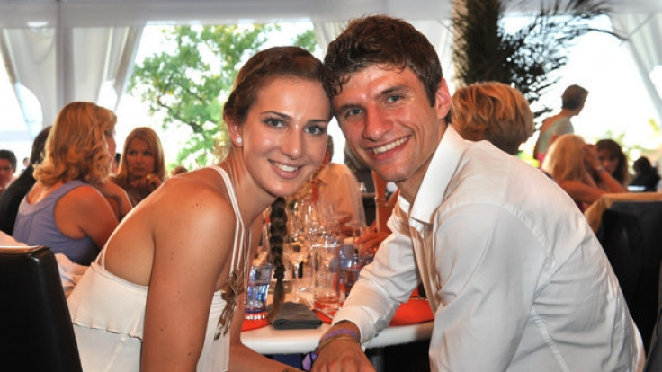 Total verliebt: Thomas Müller mit seiner Ehefrau Lisa.