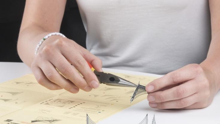 Für das Zusammenbauen der kniffligen Metallmodelle brauchen Sie keinen Kleber, lediglich eine ruhige Hand, Geduld und eine kleine Zange.