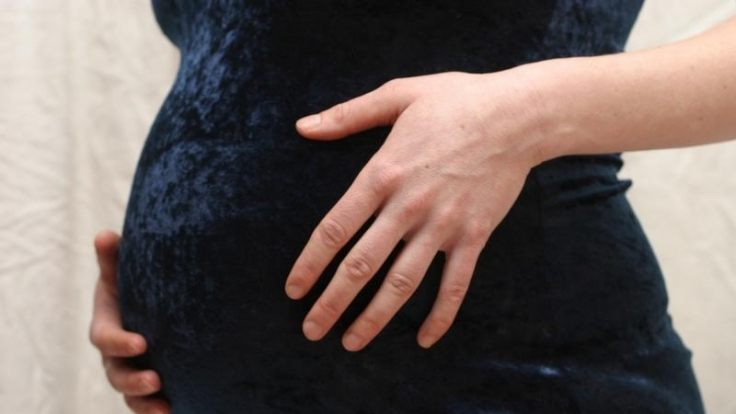 Dass sich die werdende Mama bei einem spitzen Bauch auf einen Jungen freuen darf, ist medizinisch nicht belegt. (Foto)