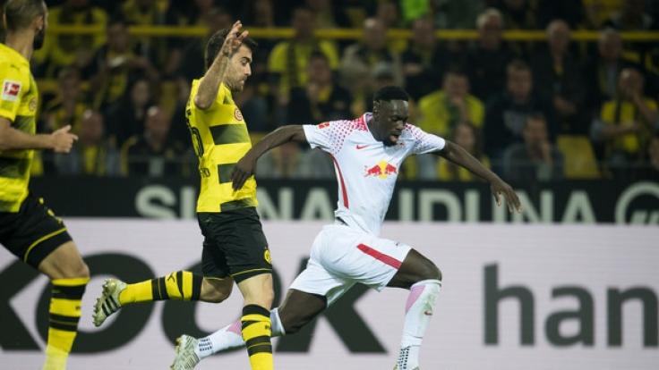 Dortmunds Sokratis (l) und Jean-Kevin Augustin von Leipzig versuchen an den Ball zu kommen.