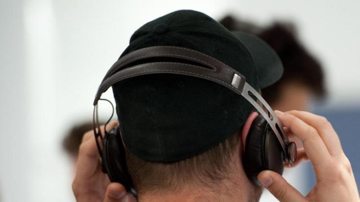 Wer Kopfhörer mit Geräuschfilterung benutzt, ist beim Musikhören vor Umweltlärm geschützt. Meist ist das Zubehör jedoch nicht ganz günstig. (Foto)