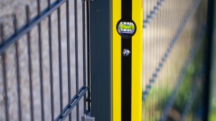 Die magnetische Unterseite haftet problemlos an Metalloberflächen. (Foto)