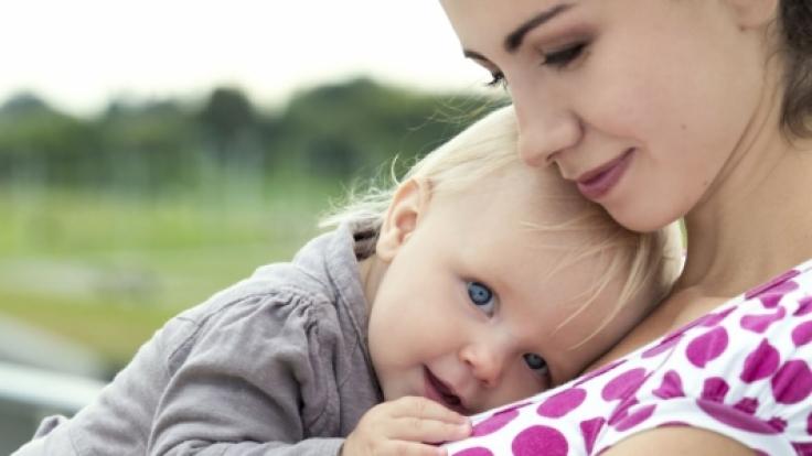 Sind ernsthafte Krankheiten als Ursache für die Bauchschmerzen ausgeschlossen, helfen gegen harmlose Verdauungsbeschwerden bei Babys und Kindern oft viel Liebe und sanfte Behandlungsmethoden.
