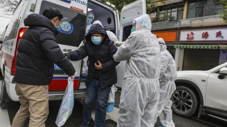 Erstversorgung eines Patienten in Wuhan. In der chinesischen Stadt war das Coronavirus zuerst aufgetreten