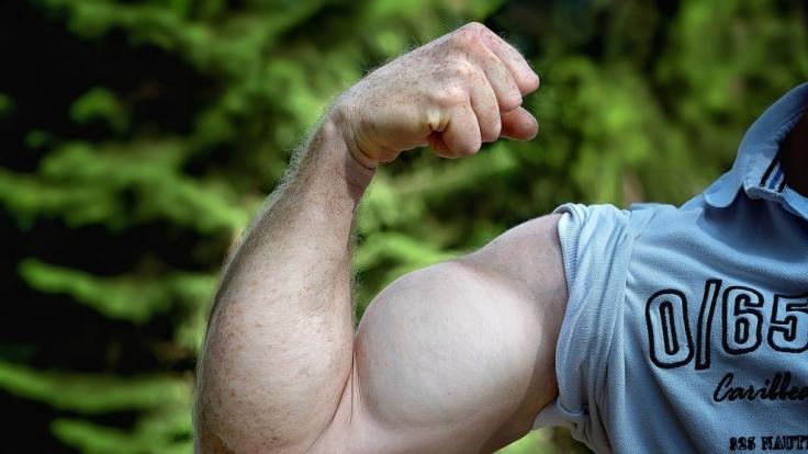 Knackige Muckis sind ein Traum vieler Männer - doch die Muskelmasse soll angeblich schrumpfen, je öfter man(n) masturbiert.