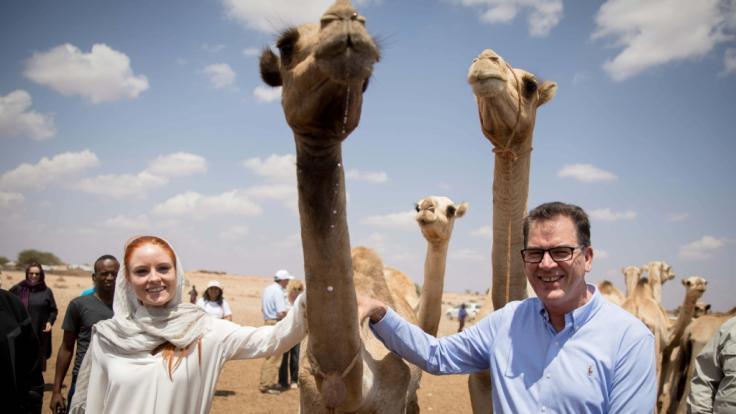 Bundesentwicklungsminister Gerd Müller mit Model Barbara Meier in Äthiopien. (Foto)