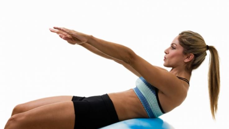 Fitnessübungen sollen Spaß machen, nur so bleibt man am Ball und kommt dem Ziel einer strafferen Figur näher und näher. (Foto)