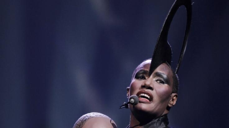 Mit Roboter im Arm: Exotischer Auftritt von Grace Jones aus dem Jahre 2010 in den Niederlanden. (Foto)