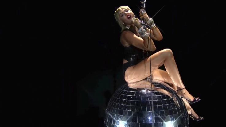 Miley Cyrus schwingt wieder über die Bühne. (Foto)