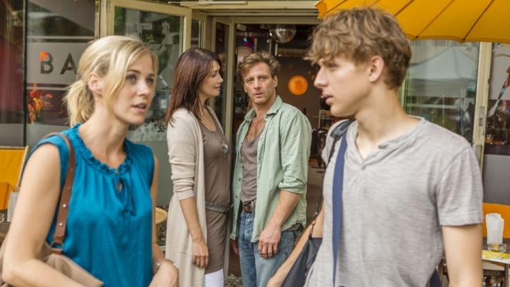 Stefan Vollmer (Hendrik Duryn) und Karin Noske (Jessica Ginkel, l.) stehen mit Jonas (Merlin Rose, r.) und seiner Mutter Simone (Claudia Mehnert) vor einem Schwulencafe. (Foto)