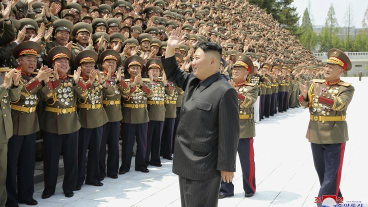 Kim Jong Un winkt den Befehlshabern der nordkoreanischen Streitkräfte gut gelaunt zu - die starke Gewichtsabnahme des Machthabers ist nicht zu übersehen. (Foto)