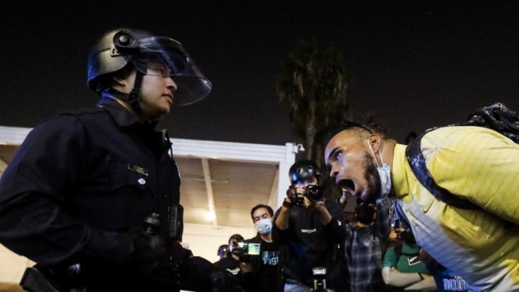 Zahlreiche Proteste in der US-Wahlnacht hielten die Polizisten in Schach. (Foto)