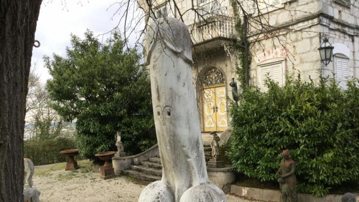 Eine zwei Meter hohe Phallus-Statue neben einem Kreuzweg in Traunkirchen. (Symbolbild) (Foto)