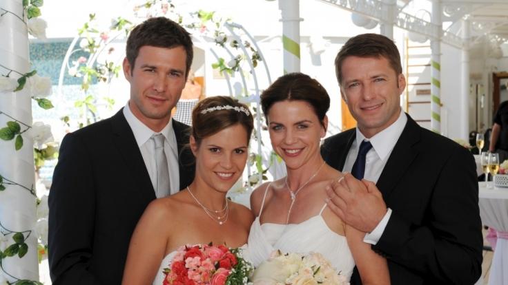 Die Brautpaare Dennise und Bianca Hoffman (Jochen Schropp, Birthe Wolter, l.) sowie Anne und Robert Grunert (Gisa Zach, Bruno Eyron, r.).