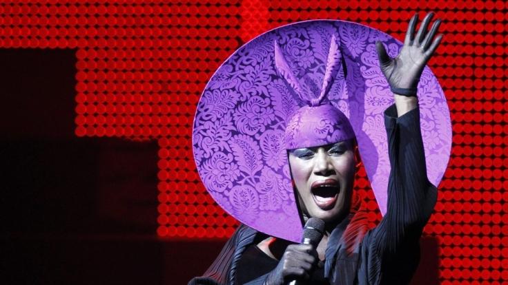 Mit dieser feschen Kopfbedeckung trat Grace Jones beim Fifa-Kongress in Zürich im Mai 2011 auf. (Foto)