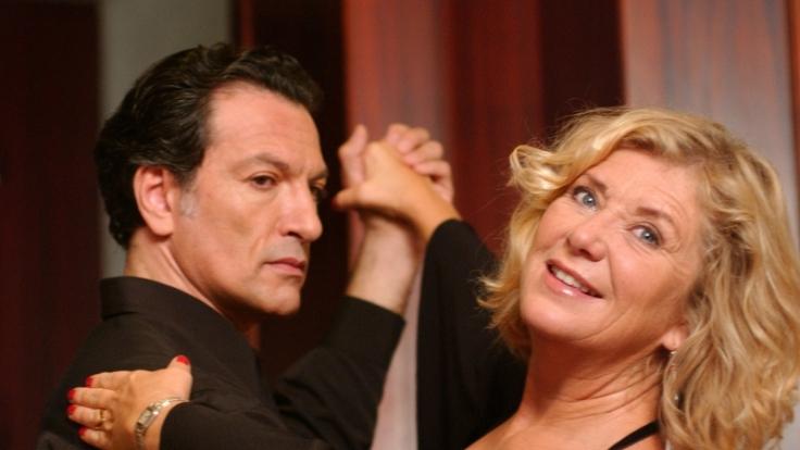 In den Armen des galanten Tanzlehrers Omero (Cosimo Fusco) findet Manuela (Jutta Speidel) zu neuer Lebensfreude. (Foto)