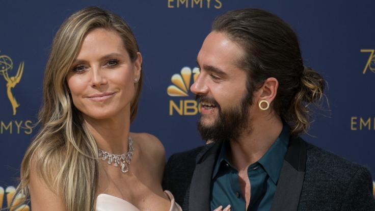 Heidi Klum strahlt mit Freund Tom Kaulitz bei den Emmy Awards.