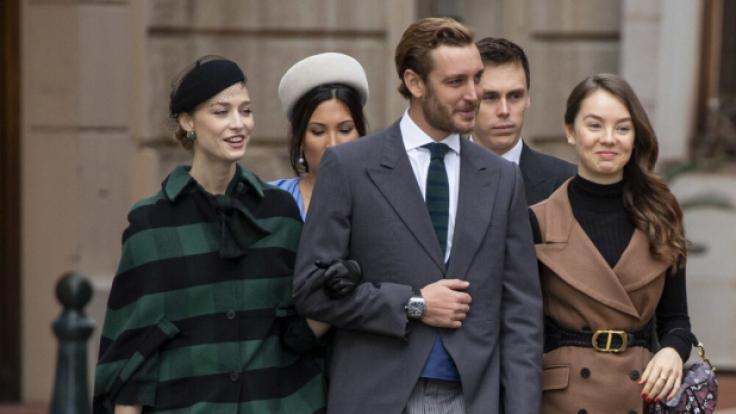 Die jungen Monegassen auf dem Weg zur Cathédrale Saint-Nicolas. Pierre Casiraghi (mit Zigarette?) am Arm seiner Ehefrau Beatrice und neben seiner Halbschwester Prinzessin Alexandra. Dahinter Marie und Louis Ducruet. (Foto)