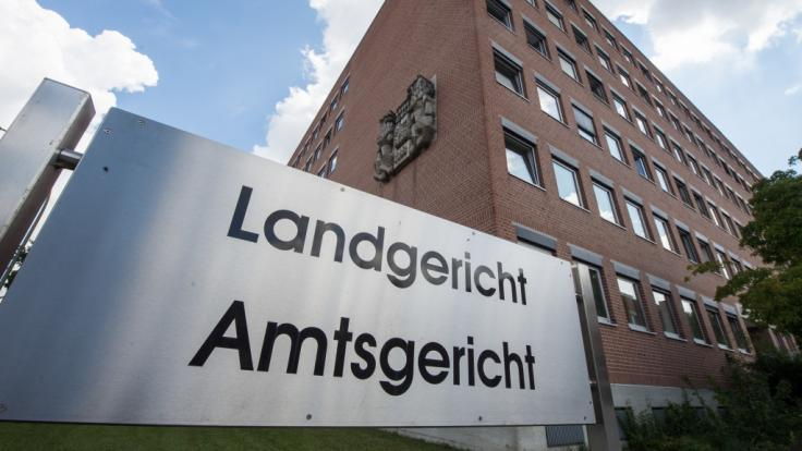 Eine 45-jährige Polizistin wird in Landshut wegen des Besitzes von Kinderpornos und Einbrüchen angeklagt. (Foto)
