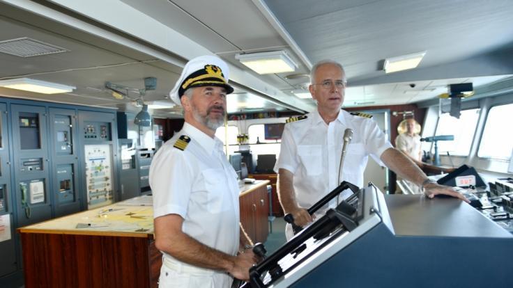 Der Erste Offizier Martin Grimm (Daniel Morgenroth, r.) übernimmt das Steuer des Schiffs für die Reise nach Sambia. Oskar (Harald Schmidt) steht ihm mit Rat und Tat zur Seite. (Foto)