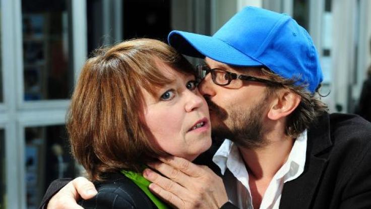 Ein Filmstar zum Knutschen: Schauspielerin Marie Gruber wird von ihrem Kollegen Milan Peschel geherzt. (Foto)