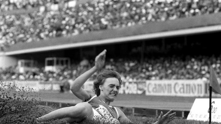 Die 18-jährige Weitspringerin Heike Daute (später Drechsler) gewinnt bei den Leichtathletik-Weltmeisterschaften 1983 in Helsinki die Frauen-Konkurrenz mit 7,27 m und hält immer noch den Stadionrekord. (Foto)