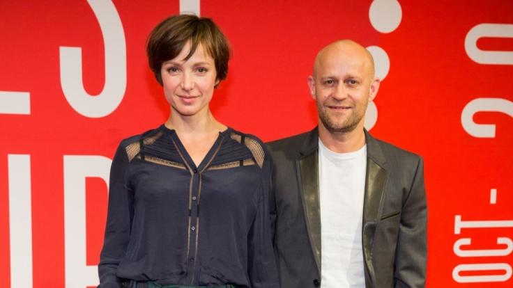 """Julia Koschitz und Jürgen Vogel am 06. Oktober 2015 in Hamburg vor der Vorführung von """"Vertraue mir"""" in Rahmen des Filmfests Hamburg. (Foto)"""