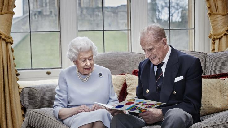 Queen Elizabeth II. hat Prinz Philip einmal im Streit heraus gejagt. (Foto)