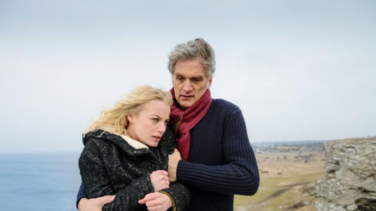 Kommissar Robert Anders (Walter Sittler) hält Elsa Norén (Ida Engvoll) vom Selbstmord ab.
