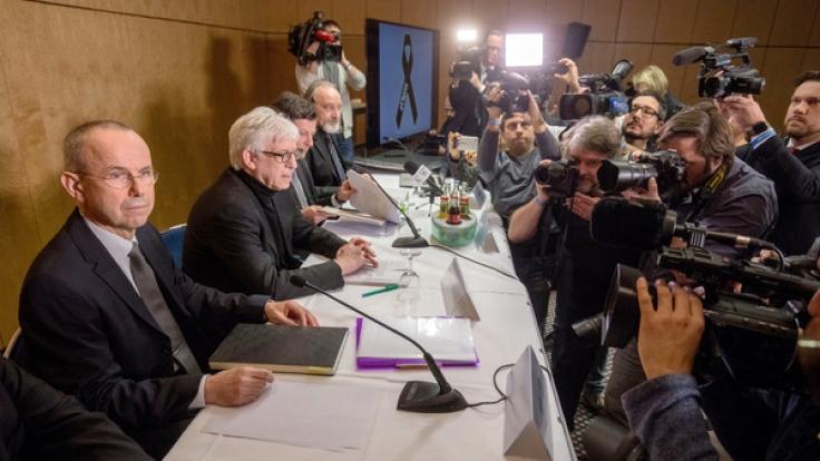 Günter Lubitz (l), Vater des Germanwings-Co-Piloten des in den Alpen abgestürzten Flugzeugs, sitzt am 24.03.2017 in Berlin bei einer Pressekonferenz.