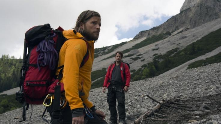 Markus und Benjamin suchen verzweifelt nach ihrem Kollegen Tobias Herbrechter, der seit einem Bergrutsch verschwunden ist. (Foto)