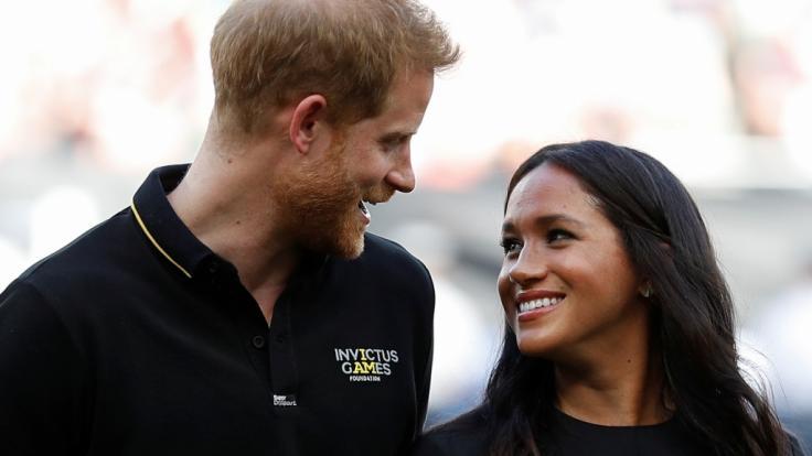 Lassen Prinz Harry und Meghan Markle etwa zuckersüße Baby-News so fröhlich strahlen? (Foto)