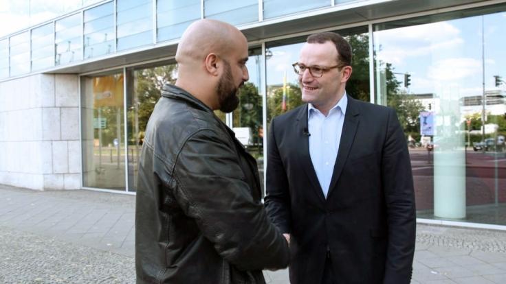 Auch CDU-Staatssekretär Jens Spahn stellt sich dem Gespräch mit Comedian Abdelkarim.