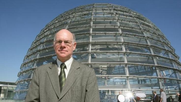 Der alte und neue Bundestagspräsident Norbert Lammert auf dem Dach des Reichstagsgebäudes in Berlin. (Foto)