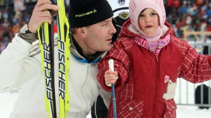 Wächst da die neue Biathlon-Generation heran? Sven Fischer gemeinsam mit seiner Tochter Emilia Sophie im Schnee.