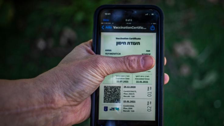 Der Grüne Pass für Geimpfte ist in Israel nur noch sechs Monate gültig. Danach muss eine dritte Impfung gegen das Coronavirus erfolgen. (Foto)