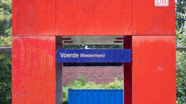 Ein 28-jähriger Mann hat nach Polizeiangaben am Bahnhof im niederrheinischen Voerde eine 34-jährige Frau vom Bahnsteig vor einen einfahrenden Zug gestoßen. Trotz der Rettungsbemühungen sei sie noch am Ort gestorben.