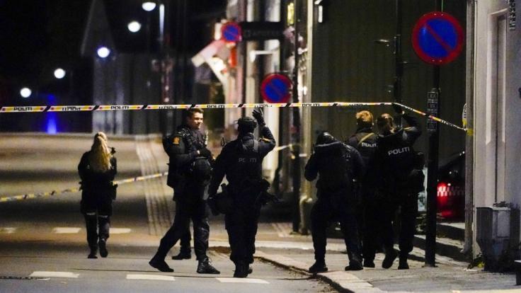 Polizisten ermitteln im Zentrum von Kongsberg nach einer Gewalttat. Bei der Gewalttat hat es mehrere Tote und Verletzte gegeben (Foto)