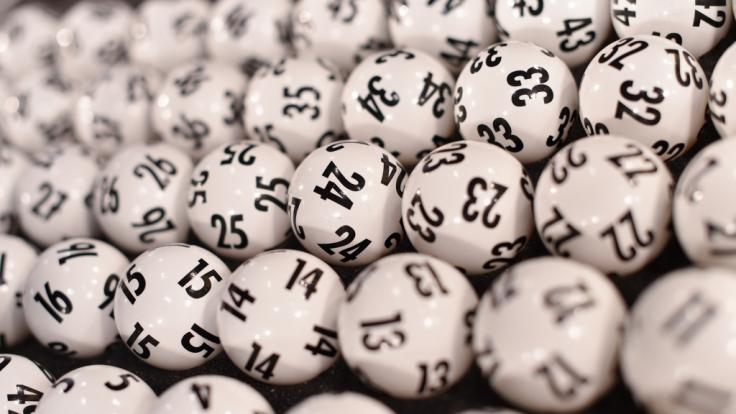 Die Lottokugeln für die Ziehung der Gewinnzahlen im Lotto am Mittwoch, 27.01.2021. (Foto)