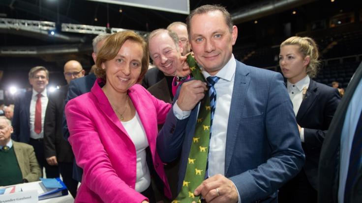 Beatrix von Storch, stellv. Bundessprecherin der AfD, schenkt beim Parteitag der AfD Tino Chrupalla, neugewählter Bundessprecher der AfD, eine Krawatte mit einem Motiv, welches häufig vom ehemaligen AfD-Bundessprecher Gauland getragen wird. (Foto)
